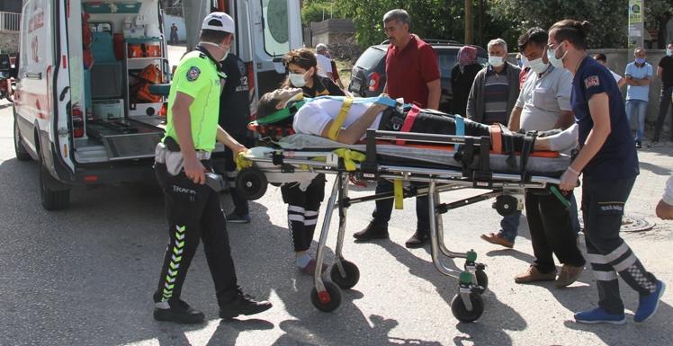 Kula'da otomobil ile çarpışan motosiklet sürücüsü yaralandı