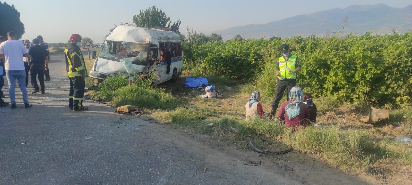 Alaşehir'de işçi servisi ile otomobil çarpıştı : 2 ÖLÜ, 9 Yaralı